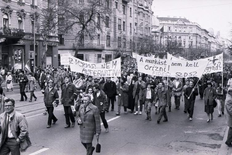 Vonulók a Lenin körúton, a mai Szent István körúton, útban a Margit-híd felé