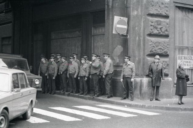Váci utca, az ELTE volt bölcsészkarának a bejárata előtt