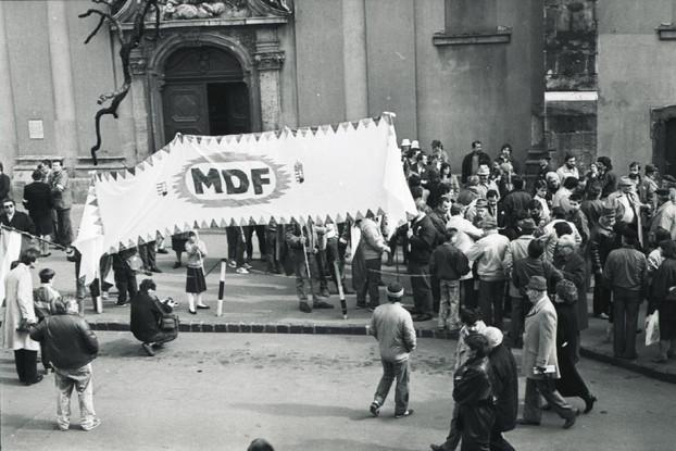 Az MDF csoportja a Belvárosi Plébániatemplom előtt gyülekezik.
