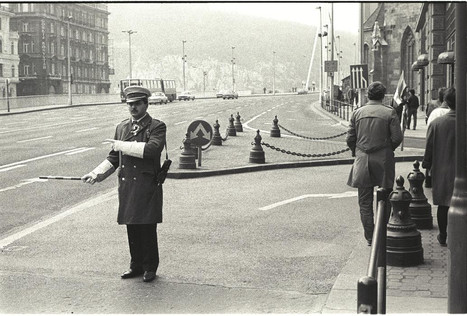 """A """"Felszab(adulás) téren"""" (ma: Ferenciek tere) kokárdás, díszegyenruhás rendőr biztosítja a felvonulók számára az utat."""