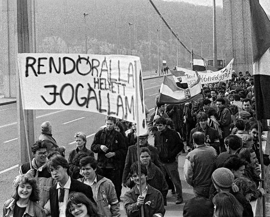 A FIDESZ csoportja az Erzsébet hídon, útban a Március 15-e tér felé. Az elülső transzparens alatt Fodor Gábor, mögötte Molnár Péter.