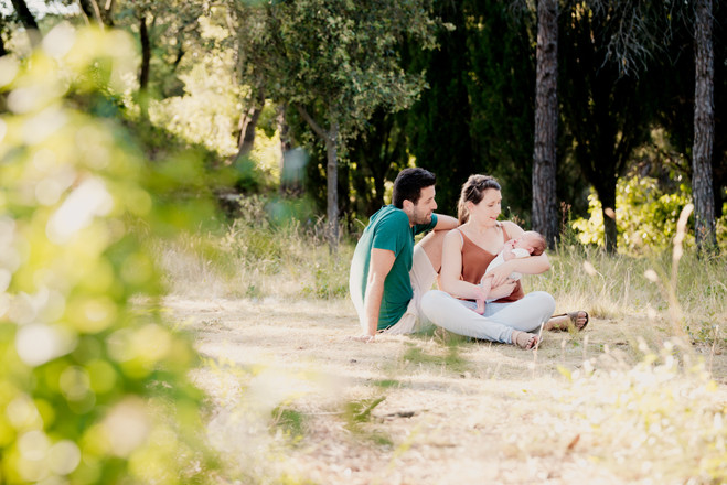 Séance photo nouveau-né lifestyle en extérieur à Lourmarin, dans le Vaucluse (PACA).  © Brin de Photographie