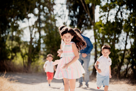 Séance famille lifestyle en extérieur au site du château de Cadenet, dans le Vaucluse (PACA).  © Brin de Photographie