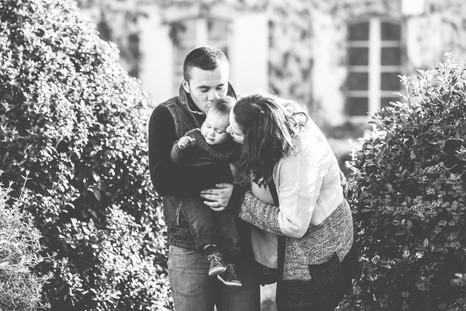 Séance photo de famille lifestyle en extérieur dans les jardins du château de Lauris, dans le Vaucluse (PACA).