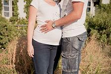 Séance photo de grossesse lifestyle d'une jolie future maman en extérieur à Lauris, dans le Vaucluse (PACA).