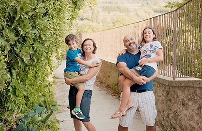 Séance famille lifestyle dans les jardins du château de Lauris, dans le Vaucluse (PACA).