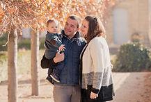 Séance photo de famille en extérieur dans les jardins du château de Lauris, dans le Vaucluse (PACA).