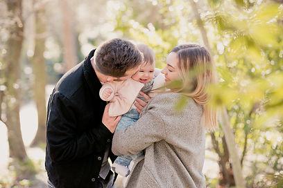 Séance photo de famille lifestyle au parc de la Torse à Aix-en-Provence, dans les Bouches-du-Rhône (PACA).