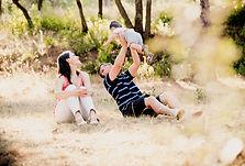 Séance famille lifestyle en extérieur à Lourmarin, dans le Vaucluse (PACA).  © Brin de Photographie