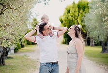 Séance famille lifestyle en extérieur au château Val Joanis à Pertuis, dans le Vaucluse (PACA).  © Brin de Photographie