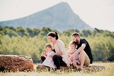 Séance famille lifestyle en extérieur au barrage de Bimont à Saint-Marc-Jaumegarde, dans les Bouches-du-Rhône (PACA).  © Brin de Photographie