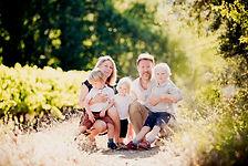 Séance famille lifestyle en extérieur à Pertuis, dans le Vaucluse (PACA).  © Brin de Photographie
