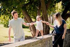 Séance photo de famille lifestyle en extérieur au parc Saint-Mitre à Aix-en-Provence, dans les Bouches-du-Rhône (PACA).