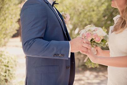 Reportage photo de mariage à la Ferme Saint Hugues de Pujaut, dans le Gard (Occitanie).
