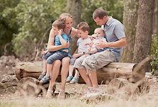 Séance photo de famille en extérieur à la forêt des cèdres du Luberon de Bonnieux, dans le Vaucluse (PACA).