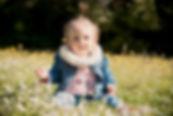Séance photo lifestyle d'une petite fille en extérieur au parc Saint Mitre à Aix-en-Provence, dans les Bouches-du-Rhône (PACA).  © Brin de Photographie