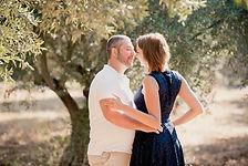 Séance photo de couple lifestyle en extérieur à Lourmarin, dans le Vaucluse (PACA).