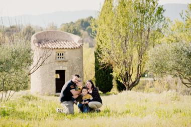 Séance famille lifestyle en extérieur au pigeonnier de Grambois, dans le Vaucluse (PACA).  © Brin de Photographie