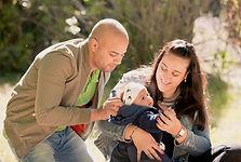 Séance photo de famille en extérieur au parc du Griffon à Vitrolles, dans les Bouches-du-Rhônes (PACA).