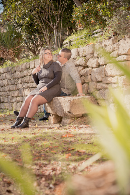 Séance photo de couple lifestyle en extérieur à Ansouis, dans le Vaucluse (PACA).  © Brin de Photographie