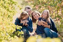 Séance photo de famille en extérieur à Trets, dans les Bouches-du-Rhônes (PACA).