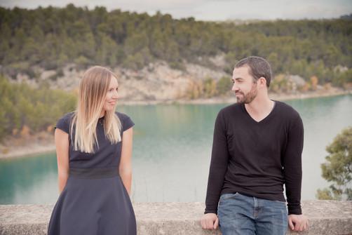 Séance photo de couple lifestyle en extérieur au barrage de Bimont à Saint-Marc-Jaumegarde, dans les Bouches-du-Rhône (PACA).  © Brin de Photographie