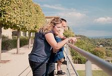 Séance photo de famille en extérieur à Lauris, dans le Vaucluse (PACA).
