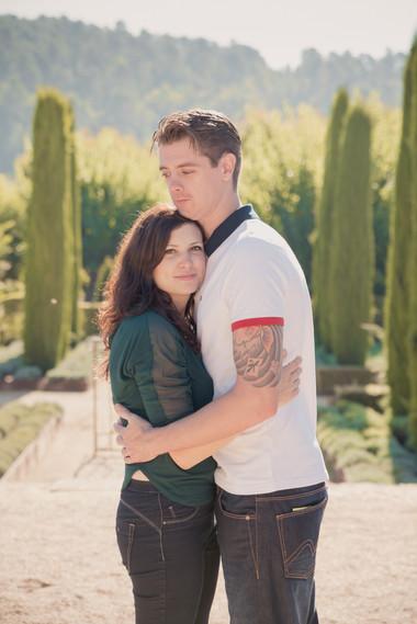 Séance photo de couple lifestyle en extérieur dans les jardins du château Val Joanis de Pertuis, dans le Vaucluse (PACA).  © Brin de Photographie