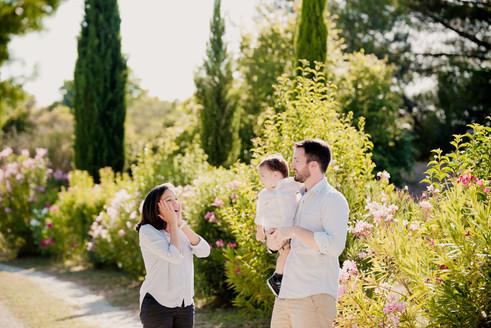 Séance famille lifestyle en extérieur à Aix-en-Provence, dans les Bouches-du-Rhône (PACA).  © Brin de Photographie