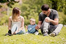 Séance photo de famille lifestyle en extérieur au parc Saint Mitre à Aix-en-Provence, dans les Bouches-du-Rhône (PACA).
