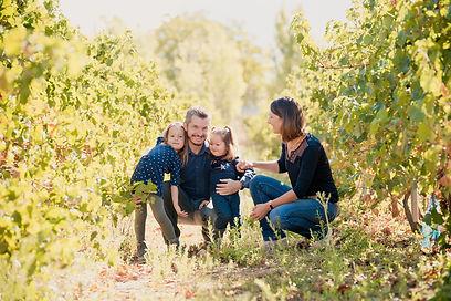 Séance photo de famille lifestyle à Trets, dans les Bouches-du-Rhône (PACA).