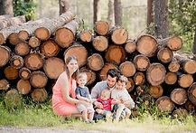 Séance photo de famille lifestyle en extérieur à la forêt des cèdres du Luberon de Bonnieux, dans le Vaucluse (PACA).