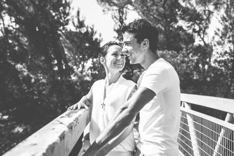 Séance photo de couple en extérieur sur le site du château de Cadenet 84160, dans le Vaucluse (PACA).  © Brin de Photographie
