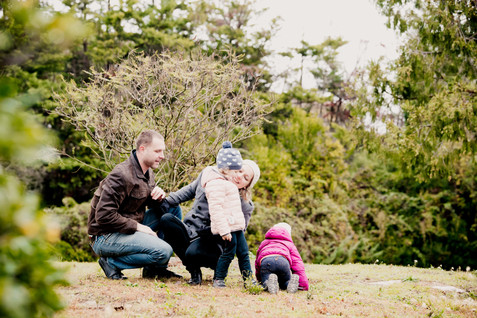 Séance famille lifestyle en extérieur au parc Saint-Mitre à Aix-en-Provence, dans les Bouches-du-Rhône (PACA).  © Brin de Photographie