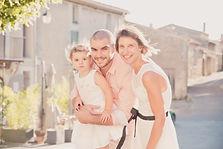 Séance photo de famille lifestyle en extérieur à Vaugines, dans le Vaucluse (PACA).