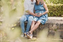 Séance photo de grossesse lifestyle d'une jolie future maman en extérieur dans les jardins du château Val Joanis à Pertuis, dans le Vaucluse (PACA).