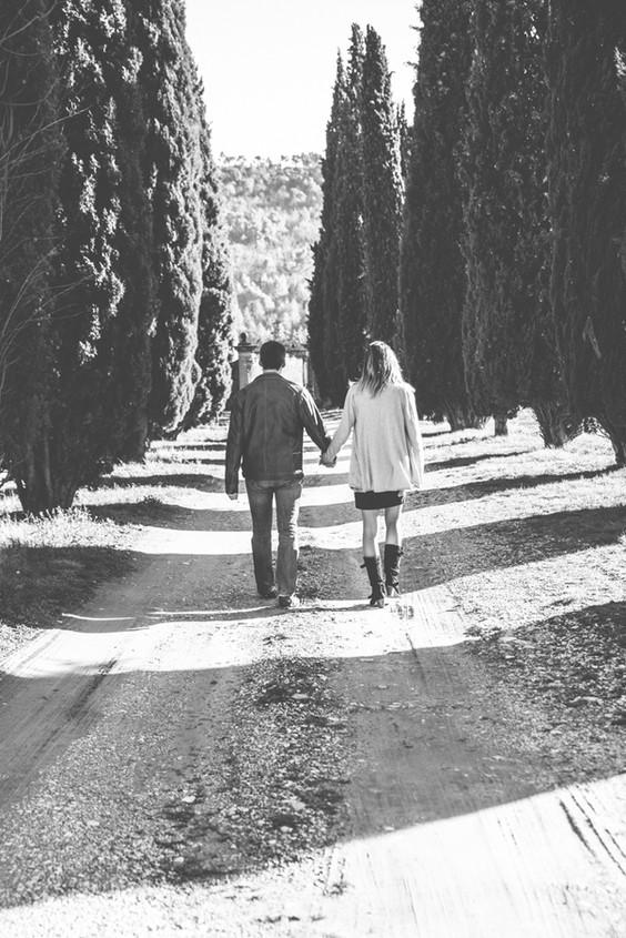 Séance photo de couple en extérieur à Ansouis, dans le Vaucluse (PACA).  © Brin de Photographie