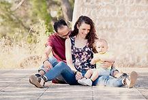Séance photo de famille lifestyle en extérieur à Cadenet, dans le Vaucluse (PACA).