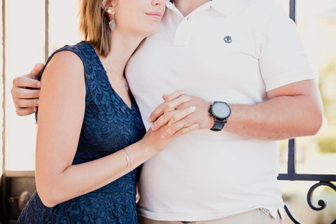 Séance photo de couple lifestyle en extérieur à Lourmarin, dans le Vaucluse (PACA).  © Brin de Photographie