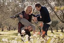 Séance photo de famille lifestyle en extérieur à Lourmarin, dans le Vaucluse (PACA).