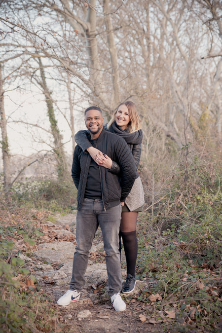 Séance photo de couple lifestyle en intérieur et extérieur à Aix-la-Duranne, dans les Bouches-du-Rhône (PACA).  © Brin de Photographie