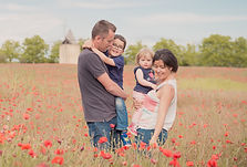 Séance photo de famille lifestyle en extérieur à Sannes, dans le Vaucluse (PACA).