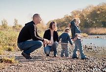 Séance photo de famille lifestyle en extérieur à Vinon-sur-Verdon, dans le Vaucluse (PACA).