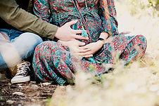 Séance photo de grossesse lifestyle en extérieur au parc des sports à Venelles, dans les Bouches-du-Rhône (PACA).  © Brin de Photographie