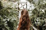 Vrouw in planten