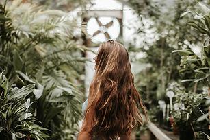 Frau in Pflanzen