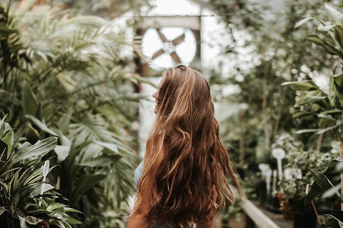 Mujer en plantas