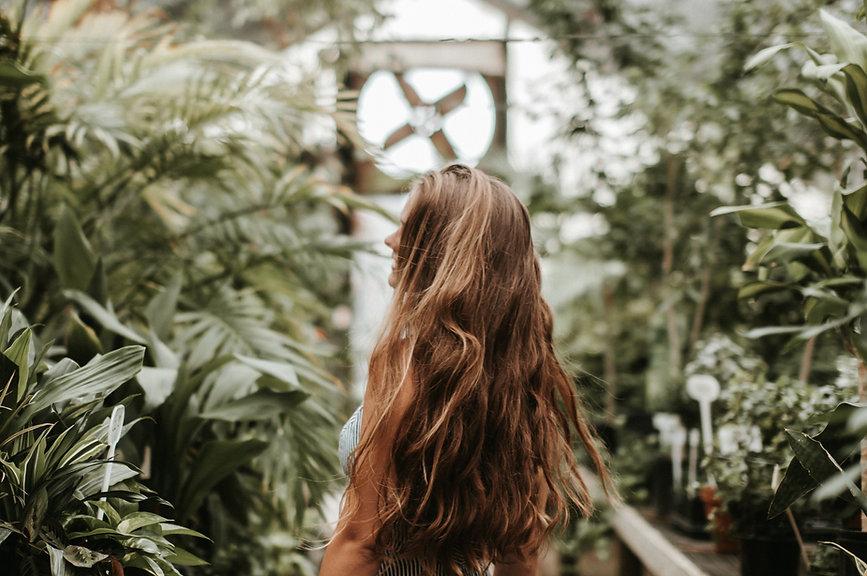 Donna in piante