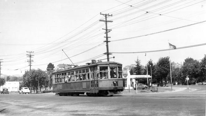 Piedmont - 12 train - Grand  avenue - 171625ks.jpg