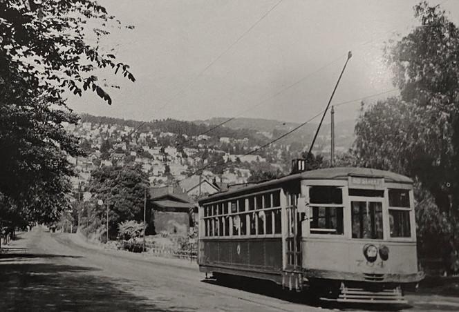 11 train - Car 704 Oakland Avenue near Sunnyside Avenue in 1946.jpg